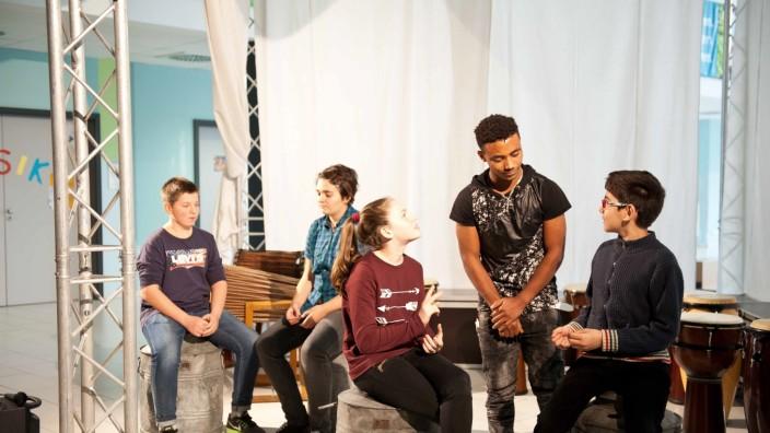 Poing: Die Hälfte der jungen Schauspieler ist erst seit kurzem in Deutschland, aber die Botschaft gegen Vorurteile kommt auch ohne Worte rüber.