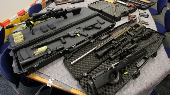Polizei zeigt bei 'Reichsbürgern' sichergestellte Waffen