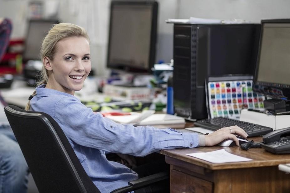Two creative professionals in office model released Symbolfoto property released PUBLICATIONxINxGERx