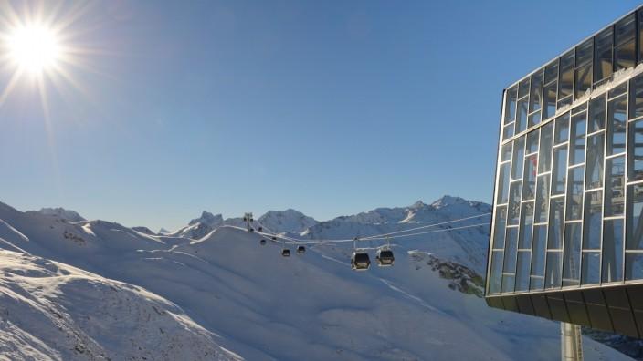 Wintersport in den Alpen: Die Zwischenstation Trittkopf ist die neue Verteilerstelle zwischen St. Anton und Lech-Zürs. In beide Richtungen führen Bahnen, nach Zürs geht auch die Piste.