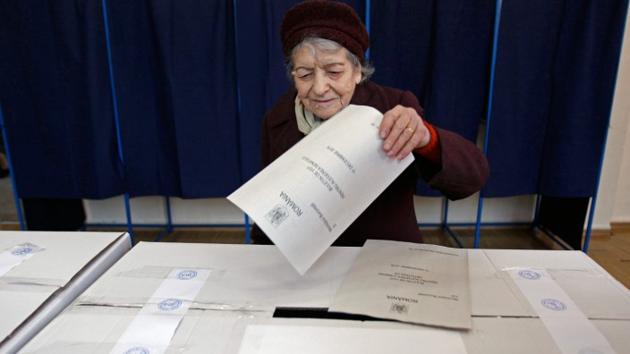 Eine alte Frau gibt bei den rumänischen Parlamentswahlen ihre Stimme in Bukarest ab.