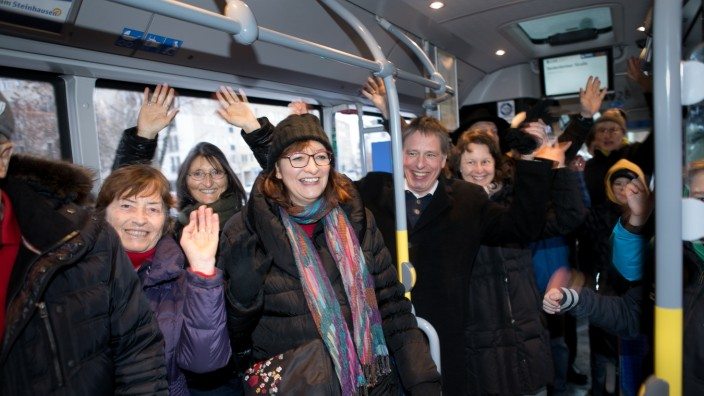 Neuer Bus an der Haltestelle Deidesheimer Straße, Ackermannbogen