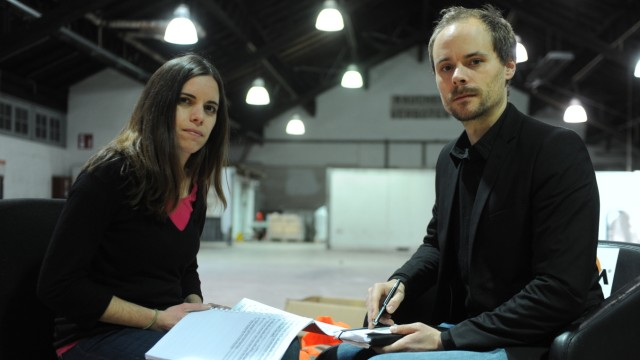 Theater: Nelida Bejar und Björn Potulski bei den Proben in der Halle 2 des Abfallwirtschaftsbetriebs.