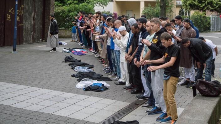 Muslime beten nach einer Kundgebung mit dem Salafistenprediger Pierre Vogel am Samstag 28 06 14 in