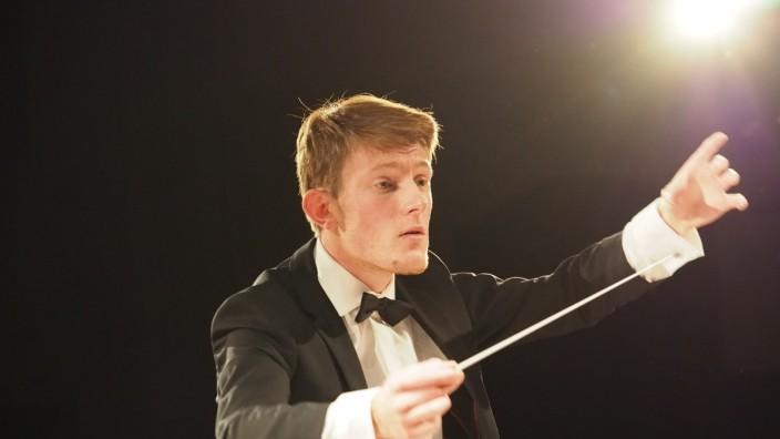 Der junge Vaterstettener Dirigent Maximilian Leinekugel