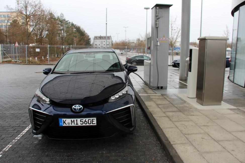 Der Toyota Mirai an einer Wasserstoff-Tankstelle.