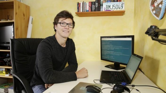 Wolfratshausen: Benedikt Strobl sitzt an seiner Masterarbeit. Das Thema? Geheim.