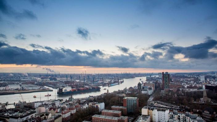 Hamburg 20 Januar 2016 Stadtübersicht von der Hauptkirche Sankt Michaelis PUBLICATIONxINxGERxSUI