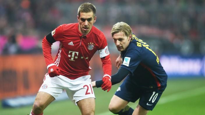 Bundesliga: Bayerns Philipp Lahm (l.) im Duell mit Leipzigs Emil Forsberg.