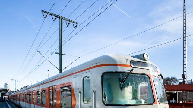 Alte S-Bahn (angelblich das 1. Modell, das in München fuhr) am Ostbahnhof. Auf der Durchfahrt in ein Museum in Nürnberg.