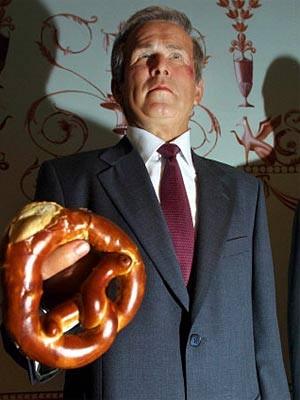 Wachsfigur von George W. Bush mit Brezel bei Madame Tussaud's in London