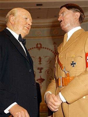 Wachsfiguren von Winston Churchill und Adolf Hitler bei Madame Tussaud's in London