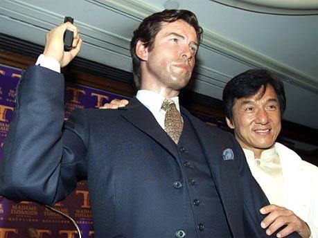 Jackie Chan mit der Wachsfigur von Pierce Brosnan bei Madame Tussaud's in Hong Kong