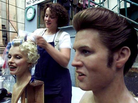 Mitarbeiterin von Madame Tussaud's mit Wachsköpfen von Marilyn Monroe und Elvis Presley in Hong Kong