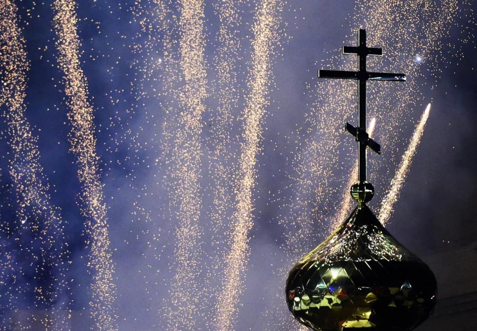 Neujahr in Wladiwostok VLADIVOSTOK RUSSIA DECEMBER 31 2016 Fireworks in central Vladivostok as