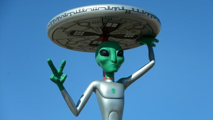 Verschwörungstheorien: Ein echtes Kunststoff-Alien samt Untertassen-Hut auf einem kalifornischen Parkplatz.