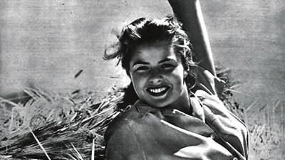 Liebe, Sex und Krieg: In den letzten Kriegswochen des Jahres 1945 enstand diese Aufnahme von Ingrid Bergman, die hier als blonde, unwiderstehliche Siegesgöttin zu posieren scheint.