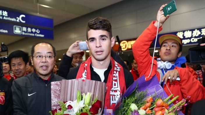 Fußball: Der angeblich 60 Millionen Euro teure brasilianische Fußballprofi Oscar, 25, wird am Montag am Flughafen von Shanghai willkommen geheißen.