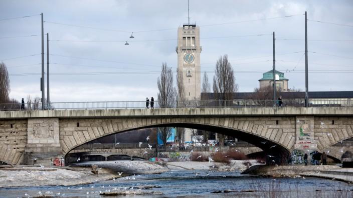 Die Reichenbachbrücke in München, im Hintergrund das Deutsche Museum