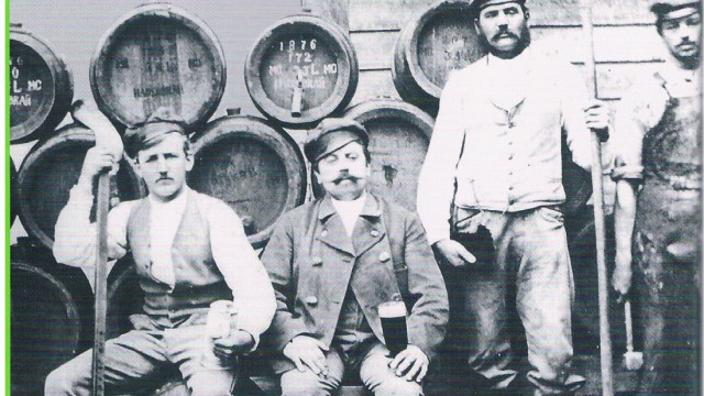 Im Pfarrheim statt im Zelt: Einblicke in eine vergangene Zeit: Bierfässer im Haderbräukeller und Brauknechte.