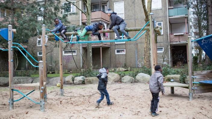 Stadtenwicklung: Zwischen den Plattenbauten gibt es viele Grünflächen und Spielplätze in Steilshoop.
