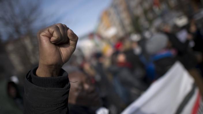 Gedenkmarsch Kolonialgeschichte DEU Deutschland Germany Berlin 27 02 2016 Demonstranten afrikani