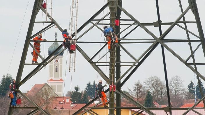 Strompreis: Arbeiten an einem Strommasten im oberbayerischen Zorneding: Kunden, die noch nie den Vertrag gewechselt haben, zahlen meist einen hohen Preis. Das lässt sich ändern.