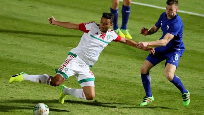 Afrika Cup: Für Marokko beim Afrika Cup: Aziz Bouhaddouz (l.) gegen Finnlands Juha Pirinen.