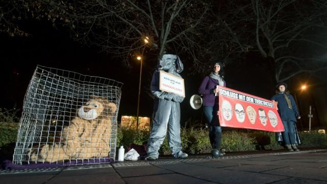 Demonstranten vor Circus Krone