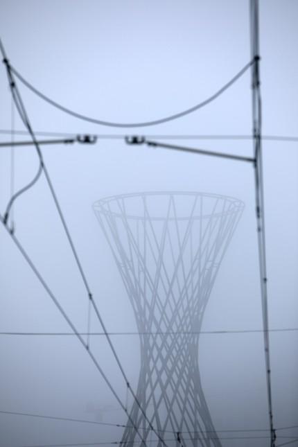 Schmuckfoto München Nord oder Ost. Mae West im Nebel fotografiert von der Bülowstraße mit Trambahnoberleitung im Vordergrund.