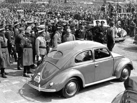 Hitler besichtigt VW Käfer, Foto: dpa