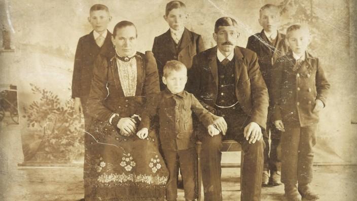 """Bergkirchen: """"Die Glas, die haben sich halt nicht verbiegen lassen"""": Das Ehepaar Glas aus dem Bergkirchener Ortsteil Bibereck mit ihren insgesamt fünf Söhnen."""