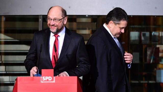 """Kanzlerkandidatur: """"Er ist jemand, der Brücken bauen kann"""", sagt Sigmar Gabriel (rechts) über Martin Schulz am Abend nach einer Sitzung der SPD-Spitze."""