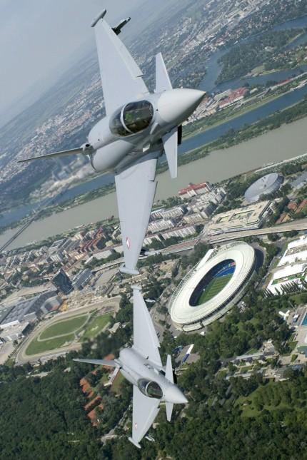 EURO 2008 - Eurofighter über Stadion in Wien
