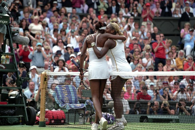 winner SERENA and VENUS WILLIAMS USA give each other a hug over the net Women s Singles Final Wi; Venus und Serena Williams Wimbledon 2002