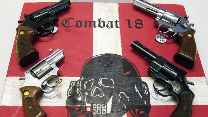"""Polizei präsentiert Waffen der Neonazi-Gruppierung """"Combat 18"""""""