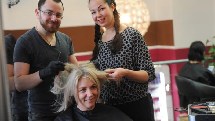 """Asylpolitik: """"Der beste Lehrling, den wir jemals hatten"""": Das sagt Julia Lechner (rechts) vom Friseursalon Havana Hair über Samer Bashar Toma. Er kommt aus dem Irak und hat gute Chancen, bleiben zu dürfen."""