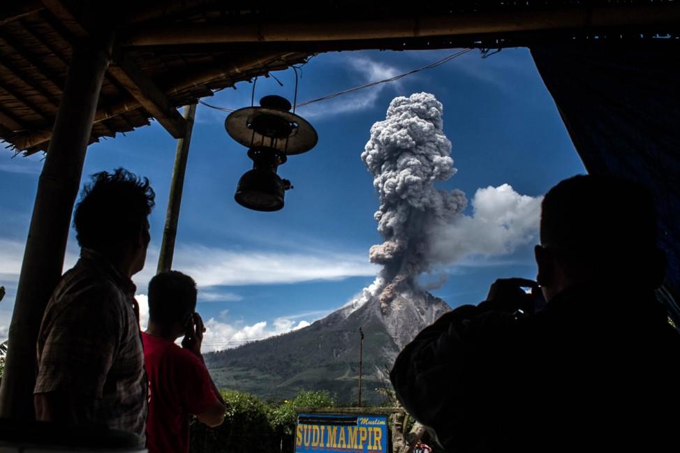 Der Sinabung-Vulkan spuckt Asche