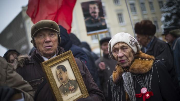 Russische Geschichte: Die Feier zum 99. Jahrestag der Oktoberrevolution im vergangenen Jahr wirkte trotz des ideologischen Fanatismus der Teilnehmer fast rührend.
