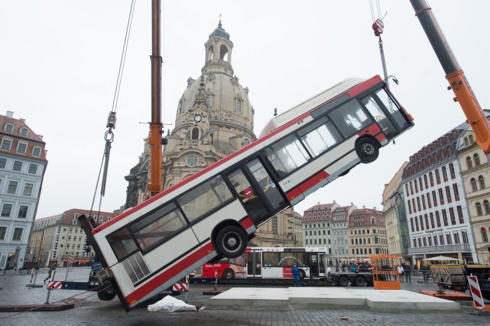 "Aufbau Skulptur ´Monument"""