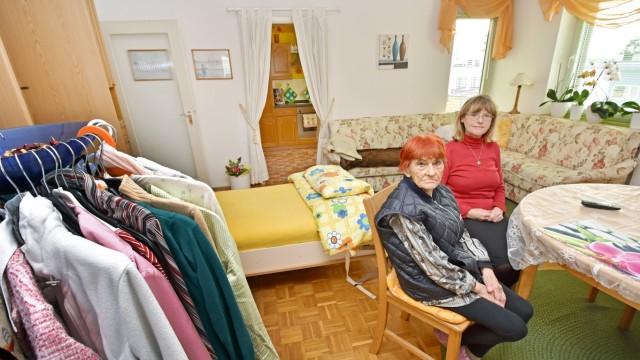 Hilfsaktion: Da ihr Domizil ausbrannte, muss sich Erna Dürr mit Tochter Renate Knop (oben) deren kleines Einzimmerappartement teilen.