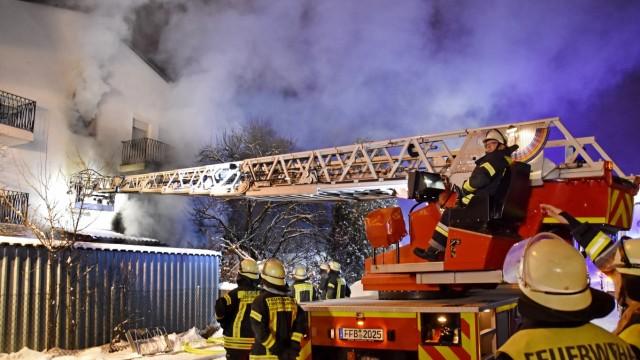 Hilfsaktion: Das Haus in der Hubertusstraße rettete die Feuerwehr zwar, nicht aber die Einrichtung mehrerer Wohnungen.