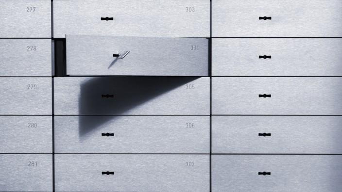 Open safety deposit box PUBLICATIONxINxGERxSUIxAUTxHUNxONLY TCF00506