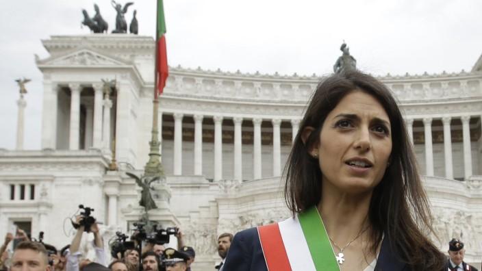Italien: Virginia Raggi gerät weiter unter Druck: Mittlerweile laufen drei Ermittlungsverfahren gegen die amtierende Bürgermeisterin von Rom.