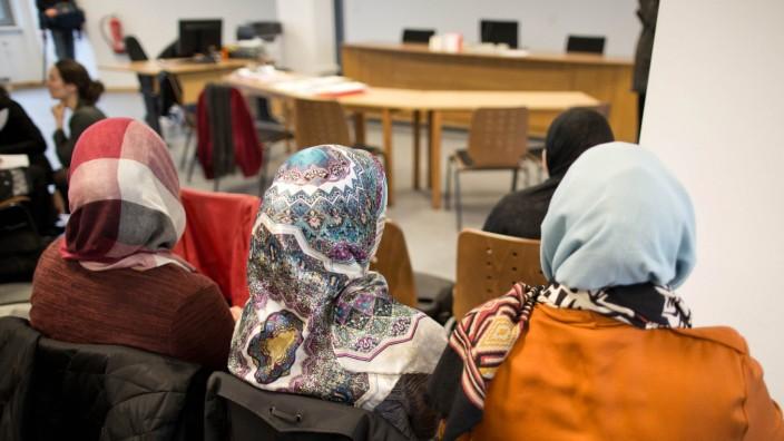 Gericht verhandelt wieder über Kopftuchverbot für Lehrerin