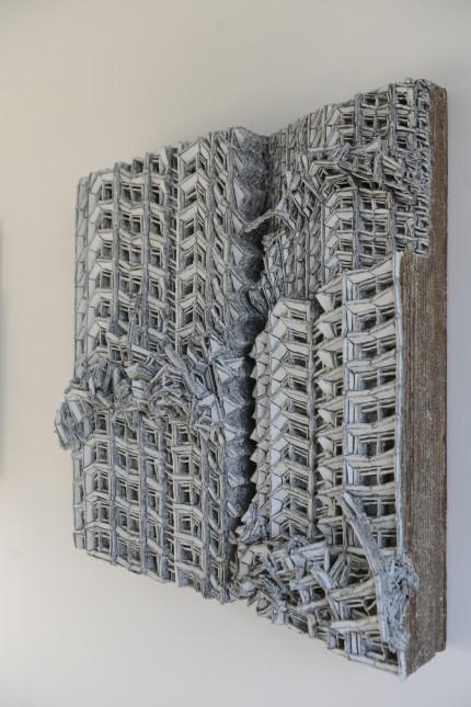 München: Schnitzen, kleben und pressen: Viel Arbeit steckt in den mit Neoprenkleber fixierten Stelen aus Wellpappe.