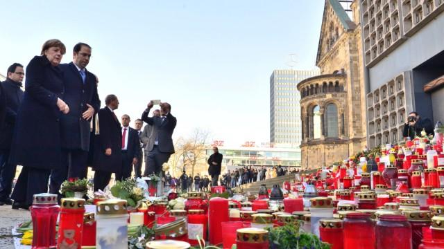 Rückführungen: Angela Merkel trauert mit Tunesiens Premier Youssef Chahed an dem Ort, an dem der Tunesier Anis Amri im Dezember zwölf Menschen tötete.