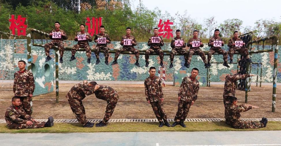 Soldaten bilden Valentinstags-Formation