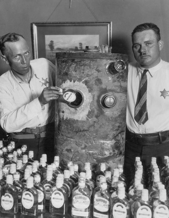 Polizisten mit erbeutetem Alkohol zur Zeit der Prohibition in den USA, 1927