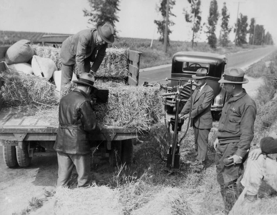 Durchsuchung eines Lastwagens zur Zeit der Prohibition in den USA, 1927